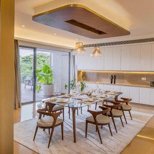 Diseño de comedor asiático, abierto, con paredes blancas y suelo marrón
