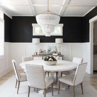 Diseño de comedor clásico renovado, cerrado, con paredes negras, suelo de madera clara y suelo beige