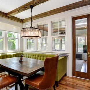 Idéer för vintage matplatser, med vita väggar, mellanmörkt trägolv och brunt golv