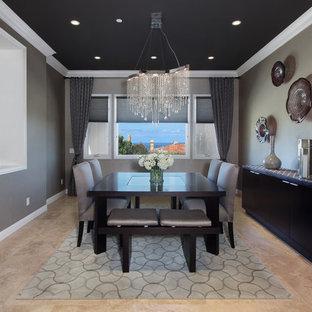 Foto di una sala da pranzo aperta verso il soggiorno design di medie dimensioni con pareti marroni, pavimento in gres porcellanato, nessun camino e pavimento beige