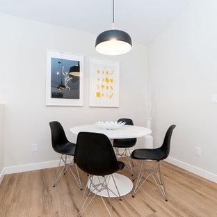 Imagen de comedor minimalista, pequeño, abierto, con suelo laminado y suelo marrón