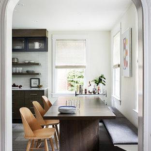 Immagine di una sala da pranzo aperta verso la cucina design con pavimento in pietra calcarea e pavimento grigio