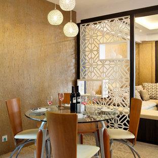 Aménagement d'une salle à manger éclectique avec un mur marron.
