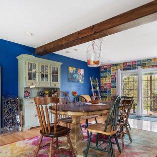 Immagine di una sala da pranzo boho chic con pareti multicolore, pavimento in legno massello medio e pavimento marrone