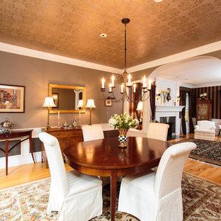 Imagen de comedor tradicional, grande, abierto, con paredes marrones y suelo de madera en tonos medios