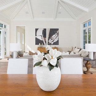 Offenes, Mittelgroßes Tropisches Esszimmer ohne Kamin mit beiger Wandfarbe, braunem Holzboden und beigem Boden in Miami