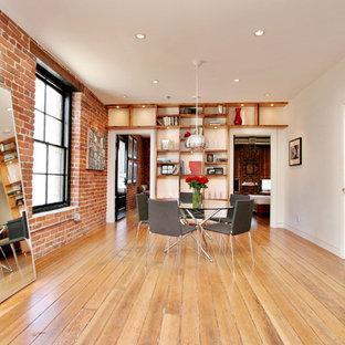 Esempio di una sala da pranzo industriale con pareti bianche, pavimento in legno massello medio e pavimento beige