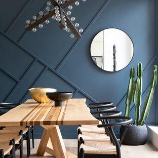 他の地域の大きいエクレクティックスタイルのおしゃれなLDK (青い壁、淡色無垢フローリング、暖炉なし、ベージュの床) の写真