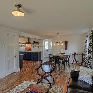 Aménagement d'une salle à manger ouverte sur le salon romantique de taille moyenne avec un mur blanc et un sol en bois clair.