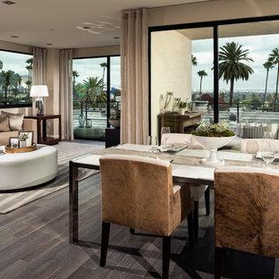 Immagine di una grande sala da pranzo aperta verso il soggiorno contemporanea con pareti beige, pavimento in bambù e nessun camino