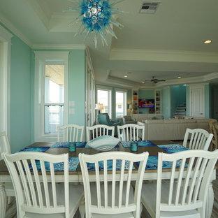 Esempio di una sala da pranzo aperta verso il soggiorno stile marino di medie dimensioni con pareti blu, pavimento in gres porcellanato e nessun camino