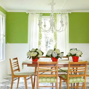 Immagine di una piccola sala da pranzo stile marinaro chiusa con pareti verdi, pavimento in legno verniciato e nessun camino