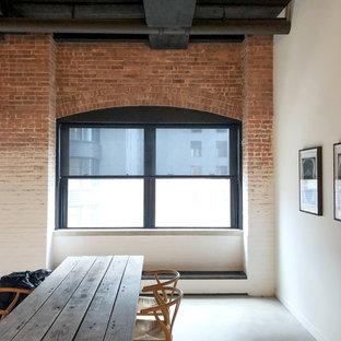 Foto di una sala da pranzo aperta verso il soggiorno industriale di medie dimensioni con pareti multicolore e pavimento in linoleum