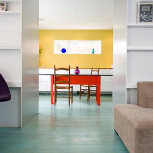 Свежая идея для дизайна: столовая в современном стиле с бирюзовым полом - отличное фото интерьера