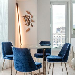 Cette photo montre une salle à manger scandinave de taille moyenne avec un mur blanc, un sol en bois clair et un sol beige.