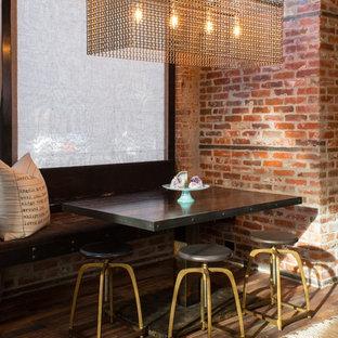 Modelo de comedor industrial, pequeño, abierto, sin chimenea, con paredes rojas y suelo de madera oscura