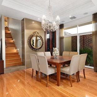 Ispirazione per una sala da pranzo eclettica con pareti bianche e pavimento in legno massello medio