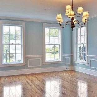 Foto de comedor clásico, de tamaño medio, cerrado, con paredes azules, suelo de madera clara y suelo azul