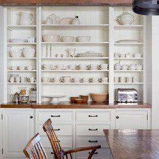Réalisation d'une salle à manger champêtre de taille moyenne avec un mur blanc et un sol en liège.