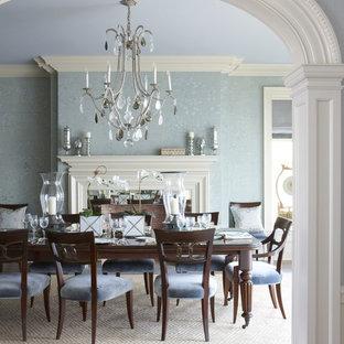 Immagine di una grande sala da pranzo tradizionale chiusa con pareti blu, pavimento beige, pavimento in legno massello medio, camino classico e cornice del camino in legno