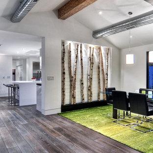 Esempio di una grande sala da pranzo moderna chiusa con pareti bianche, pavimento in bambù e pavimento marrone