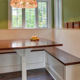 Ispirazione per una piccola sala da pranzo country chiusa con pareti verdi e pavimento in legno massello medio
