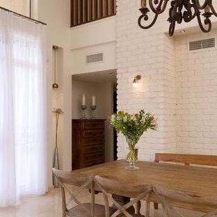 Idee per una sala da pranzo mediterranea con pareti bianche