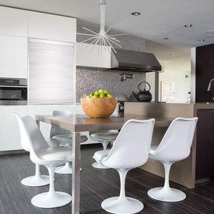 Modelo de comedor moderno, de tamaño medio, abierto, sin chimenea, con suelo gris, paredes blancas y suelo laminado