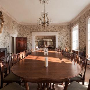 Idee per un'ampia sala da pranzo chic chiusa con pareti multicolore, pavimento in legno massello medio, nessun camino, cornice del camino in pietra e pavimento giallo