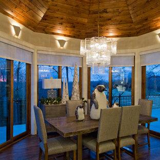 Ispirazione per una sala da pranzo aperta verso la cucina classica di medie dimensioni con pareti beige, pavimento in legno massello medio e pavimento marrone