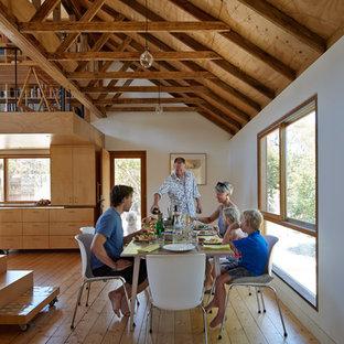 Imagen de comedor de estilo de casa de campo, pequeño, abierto, con paredes blancas y suelo de madera en tonos medios