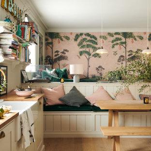 他の地域の中くらいのトランジショナルスタイルのおしゃれなダイニング (無垢フローリング、茶色い床、朝食スペース、マルチカラーの壁、壁紙) の写真