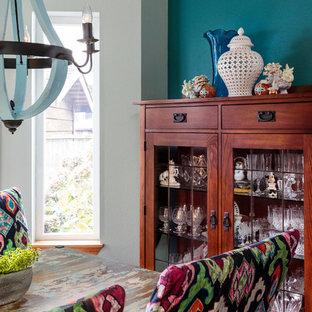 Esempio di una sala da pranzo eclettica chiusa e di medie dimensioni con pareti blu, parquet scuro, pavimento marrone e nessun camino