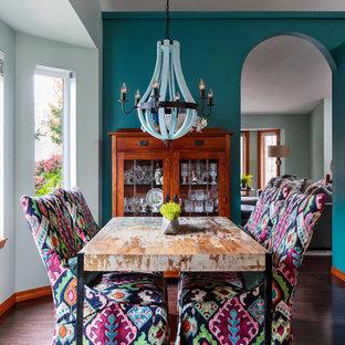 Immagine di una sala da pranzo boho chic chiusa e di medie dimensioni con pareti blu, parquet scuro, pavimento marrone e nessun camino