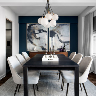 На фото: маленькие отдельные столовые в современном стиле с синими стенами и темным паркетным полом без камина