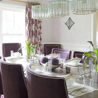 Cette photo montre une salle à manger ouverte sur la cuisine chic de taille moyenne avec un mur gris, un sol en bois foncé, aucune cheminée et un sol violet.