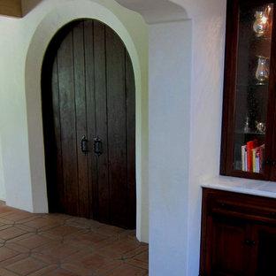 サンタバーバラの中サイズの地中海スタイルのおしゃれな独立型ダイニング (テラコッタタイルの床、白い壁、赤い床) の写真