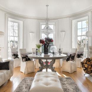 Foto di una grande sala da pranzo stile shabby chiusa con pareti bianche, pavimento in legno massello medio, camino classico e cornice del camino in pietra