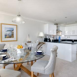 Idee per una piccola sala da pranzo aperta verso la cucina stile marinaro con pavimento con piastrelle in ceramica