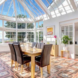 デヴォンの広いヴィクトリアン調のおしゃれなダイニングキッチン (セラミックタイルの床) の写真
