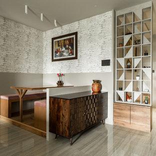 Foto di una sala da pranzo design di medie dimensioni con pareti multicolore, pavimento con piastrelle in ceramica e pavimento beige