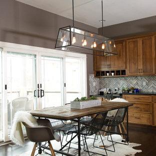 Diseño de comedor de cocina de estilo de casa de campo con suelo de madera oscura