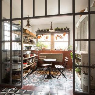 Cette photo montre une petit salle à manger industrielle fermée avec un sol en carrelage de céramique.