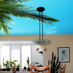 Immagine di una sala da pranzo aperta verso la cucina tropicale di medie dimensioni con pareti beige