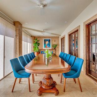 Неиссякаемый источник вдохновения для домашнего уюта: огромная отдельная столовая в стиле фьюжн с белыми стенами, полом из травертина и коричневым полом