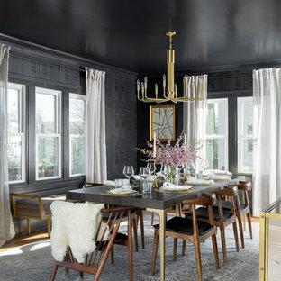 Idee per una sala da pranzo moderna chiusa e di medie dimensioni con pareti nere, parquet chiaro, nessun camino e pavimento marrone