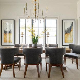 Immagine di una sala da pranzo mediterranea con parquet scuro e pavimento marrone