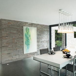 Cette image montre une salle à manger minimaliste avec un sol en carrelage de céramique.