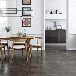 Ispirazione per una sala da pranzo con pavimento in gres porcellanato e pavimento nero