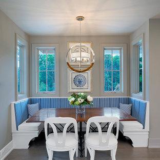 Idee per un angolo colazione country con pareti beige, pavimento in legno massello medio e pavimento marrone